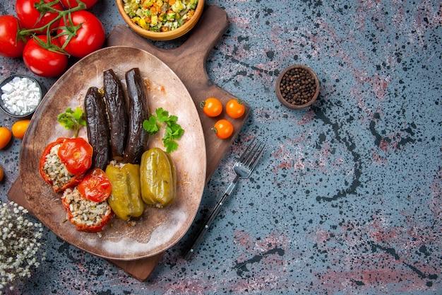 Bovenaanzicht heerlijke plantaardige dolma met salade en tomaten, natuurvoeding diner kleur gerecht maaltijd keuken