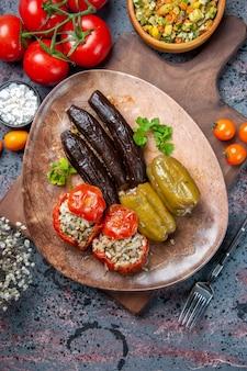 Bovenaanzicht heerlijke plantaardige dolma met salade en tomaten, natuurvoeding diner kleur schotel keuken
