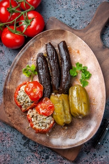 Bovenaanzicht heerlijke plantaardige dolma met salade, eten diner kleur gerecht maaltijd gezondheid