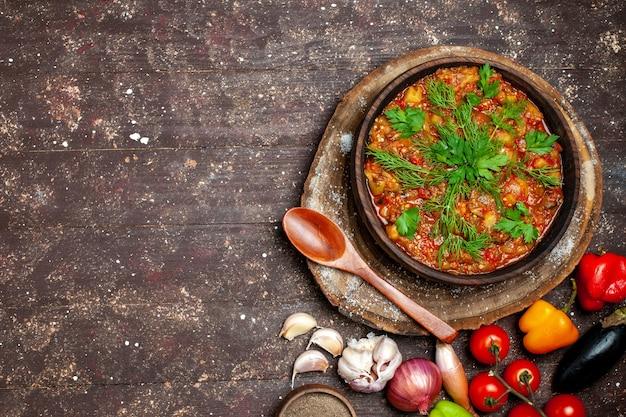 Bovenaanzicht heerlijke plantaardige maaltijd gesneden gekookt met verse groenten op de donkere achtergrond maaltijd eten diner saus soep