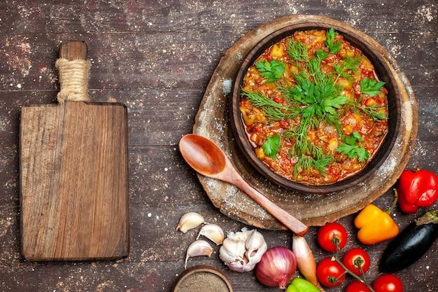 Bovenaanzicht heerlijke plantaardige maaltijd gesneden gekookt met verse groenten op donkere bureau maaltijd eten diner saus soep