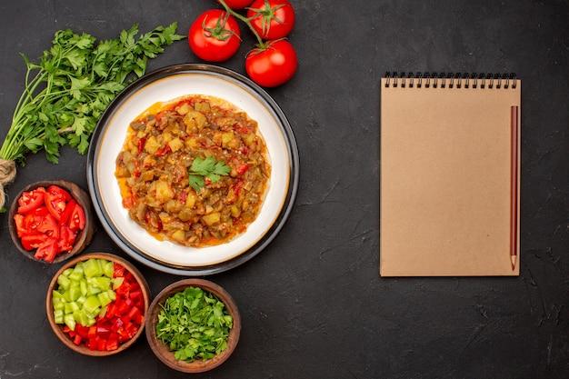 Bovenaanzicht heerlijke plantaardige maaltijd gesneden gekookte schotel met verse groenten op grijze achtergrond maaltijd diner eten saus soep groente