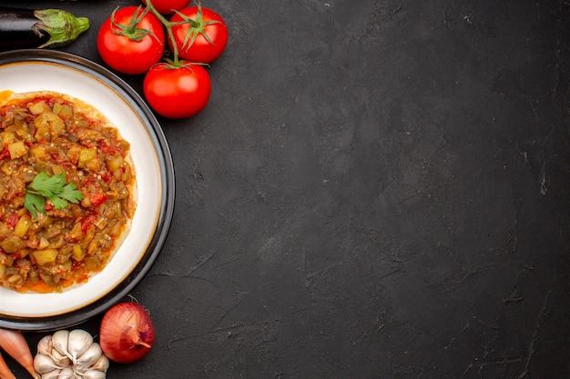 Bovenaanzicht heerlijke plantaardige maaltijd gesneden gekookte schotel met verse groenten op grijze achtergrond maaltijd diner saus voedsel soep groente