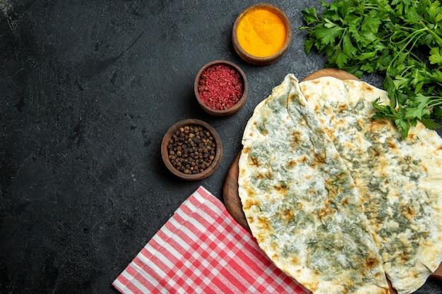 Bovenaanzicht heerlijke qutabs gekookte deegplakken met verse groenten en kruiden op grijze ruimte