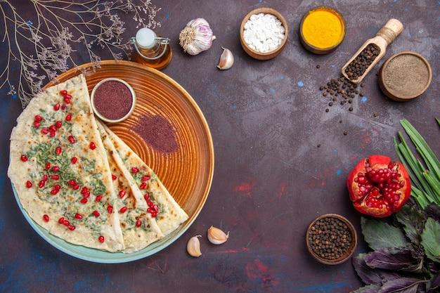 Bovenaanzicht heerlijke qutabs gekookte deegstukken met greens op donkere ondergrond schotel koken diner deeg maaltijd