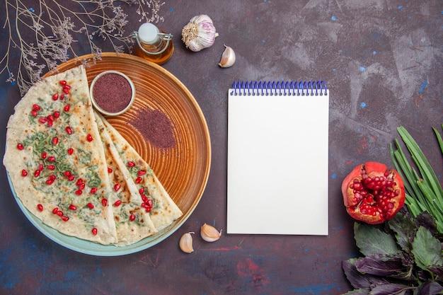 Bovenaanzicht heerlijke qutabs gekookte deegstukken met greens op een donker bureau dinerschotel kokende deegmaaltijd