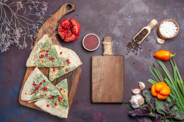 Bovenaanzicht heerlijke qutabs gekookte deegstukken met groen op donkere ondergrond calorieën vet kookschotel deegmaaltijd