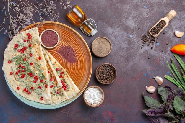Bovenaanzicht heerlijke qutabs gekookte deegstukken met groen op donkere oppervlakte calorieën vet gerecht koken deeg maaltijd