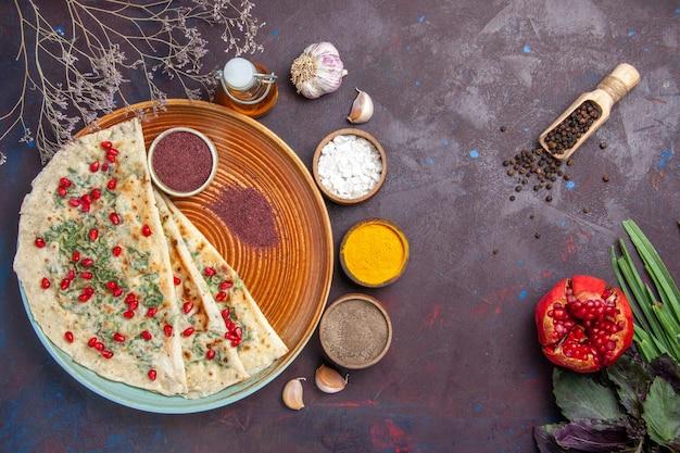 Bovenaanzicht heerlijke qutabs gekookte deegstukken met groen op donkerpaars oppervlak dinerschotel koken deegmaaltijd