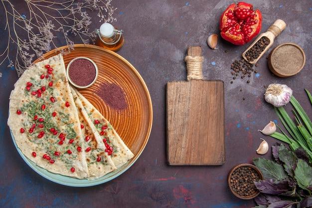 Bovenaanzicht heerlijke qutabs gekookte deegstukken met groen op het donkere oppervlak calorie vet gerecht koken deeg maaltijd