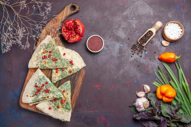 Bovenaanzicht heerlijke qutabs gekookte deegstukken met groen op het donkere oppervlak calorie vet kookschotel deegmaaltijd