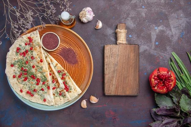 Bovenaanzicht heerlijke qutabs gekookte deegstukken met groen op het donkere oppervlak diner gerecht koken deeg maaltijd
