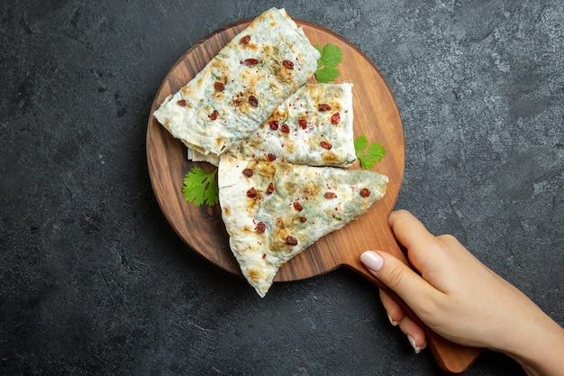 Bovenaanzicht heerlijke qutabs met verschillende smaakmakers op grijze ruimte
