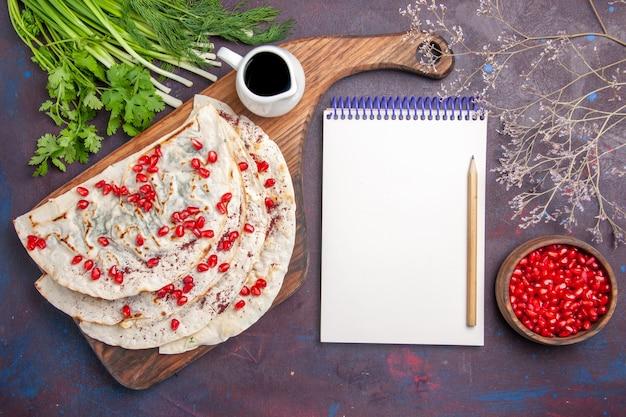 Bovenaanzicht heerlijke qutabs pita's met gehakt en verse granaatappels op donkere ondergrond deeg pitabroodje voedsel