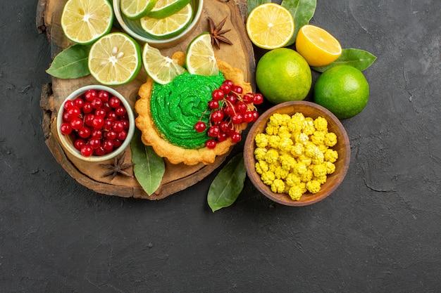 Bovenaanzicht heerlijke romige cake met fruit