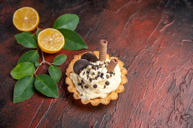 Bovenaanzicht heerlijke romige cake op donkere tafel taart zoet dessert