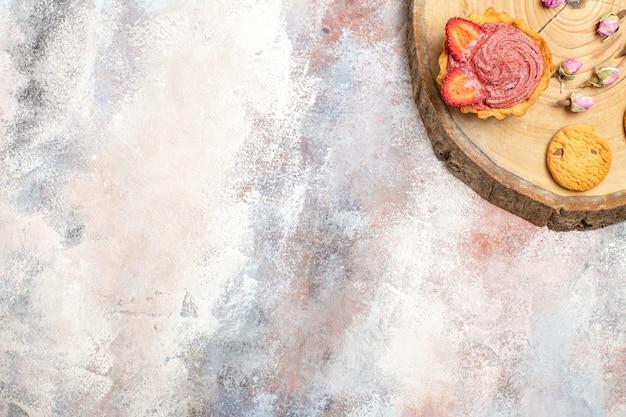 Bovenaanzicht heerlijke romige taarten met koekjes