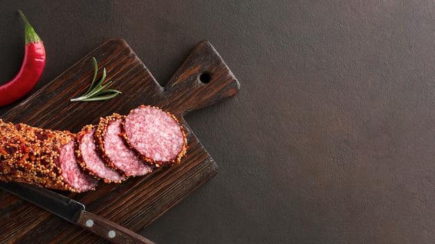 Bovenaanzicht heerlijke salami op de tafel met kopie ruimte