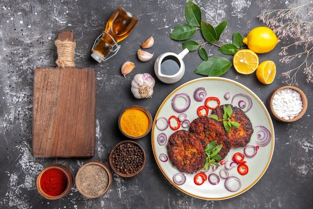 Bovenaanzicht heerlijke schnitzels met uienringen