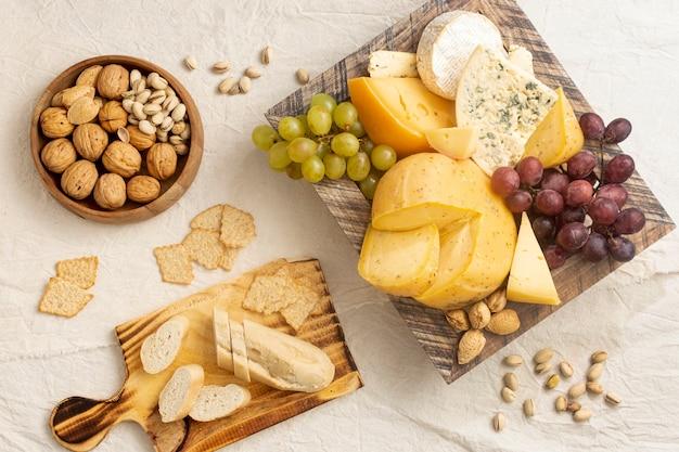 Bovenaanzicht heerlijke set van snacks op een tafel