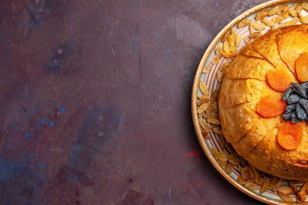 Bovenaanzicht heerlijke shakh plov gekookte rijstmaaltijd met rozijnen op donkere achtergrond maaltijddeeg koken voedsel