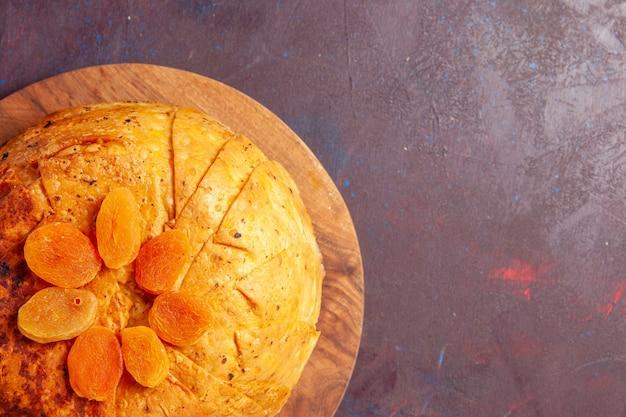 Bovenaanzicht heerlijke shakh plov oosterse maaltijd bestaat uit gekookte rijst in rond deeg op de donkere achtergrond deeg maaltijd diner voedsel rijst Gratis Foto