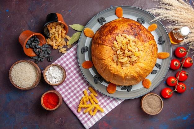 Bovenaanzicht heerlijke shakh plov oosterse maaltijd bestaat uit gekookte rijst in rond deeg op donker oppervlak maaltijddeeg koken voedselrijst