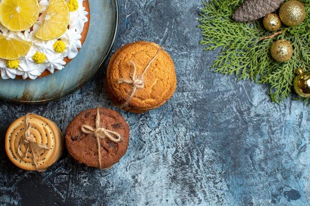 Bovenaanzicht heerlijke slagroomtaart met gesneden fruit en koekjes