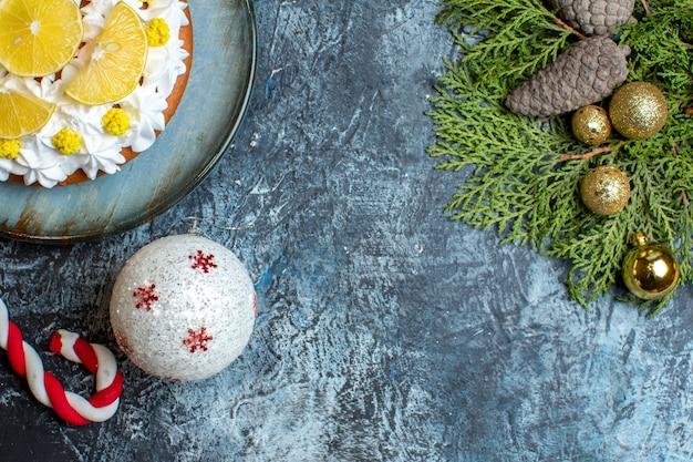 Bovenaanzicht heerlijke slagroomtaart met gesneden fruit en speelgoed