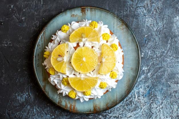 Bovenaanzicht heerlijke slagroomtaart met gesneden fruit
