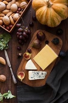 Bovenaanzicht heerlijke snacks op een bord