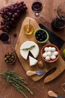 Bovenaanzicht heerlijke snacks op een tafel