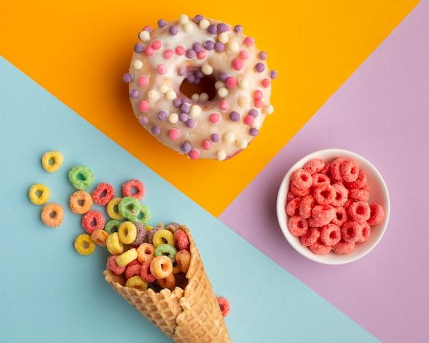 Bovenaanzicht heerlijke snoepjes en ontbijtgranen