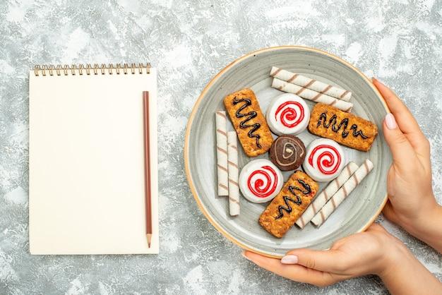 Bovenaanzicht heerlijke snoepjes taarten en koekjes op witte ruimte