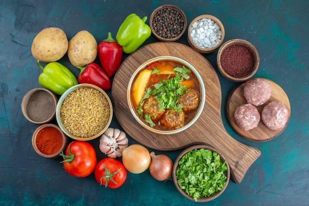 Bovenaanzicht heerlijke soep met verse groenten en greens op donkerblauw bureau groente rijp voedsel maaltijd vlees soep