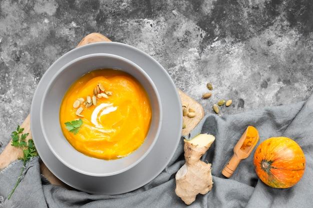 Bovenaanzicht heerlijke soep op grijze achtergrond