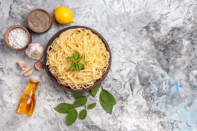 Bovenaanzicht heerlijke spaghetti binnen plaat op witte tafel maaltijd deeg schotel pasta