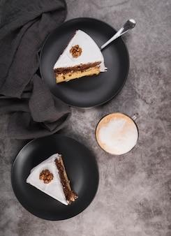 Bovenaanzicht heerlijke stukjes cake met koffie