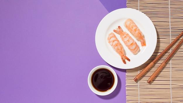 Bovenaanzicht heerlijke sushi met sojasaus op tafel
