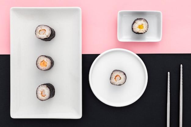 Bovenaanzicht heerlijke sushi rolt op tafel