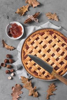 Bovenaanzicht heerlijke taart en herfstbladeren