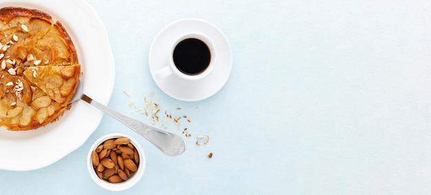 Bovenaanzicht heerlijke taart en koffie