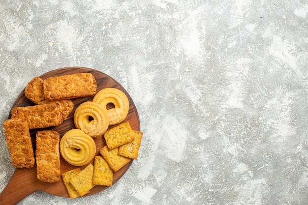 Bovenaanzicht heerlijke taarten met crackers en koekjes op witte achtergrond