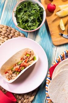 Bovenaanzicht heerlijke taco op plaat