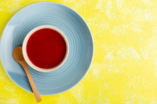 Bovenaanzicht heerlijke tomatensaus op geel bureau soep eten maaltijd diner