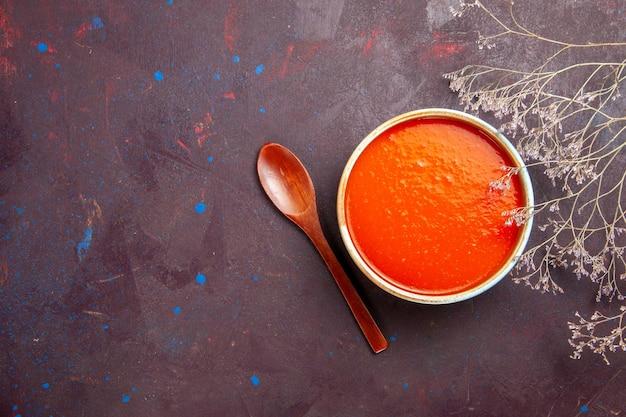 Bovenaanzicht heerlijke tomatensoep gekookt van verse tomaten op donkere achtergrond saus maaltijd tomatenschotel soep