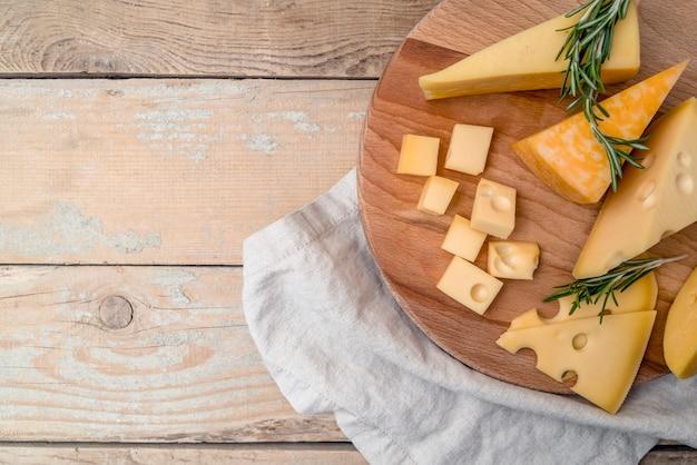 Bovenaanzicht heerlijke verscheidenheid aan kaas op de tafel