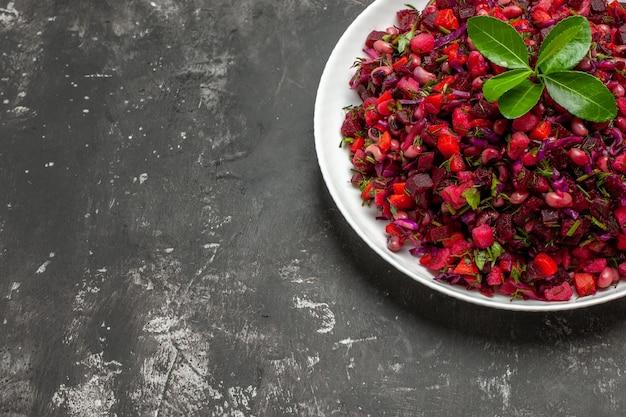 Bovenaanzicht heerlijke vinaigrette bietensalade met bonen op het donkere oppervlak