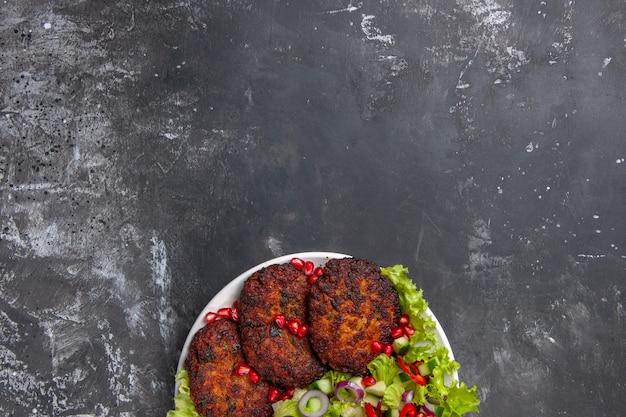 Bovenaanzicht heerlijke vleeskoteletten met frisse salade