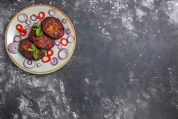 Bovenaanzicht heerlijke vleeskoteletten met uienringen
